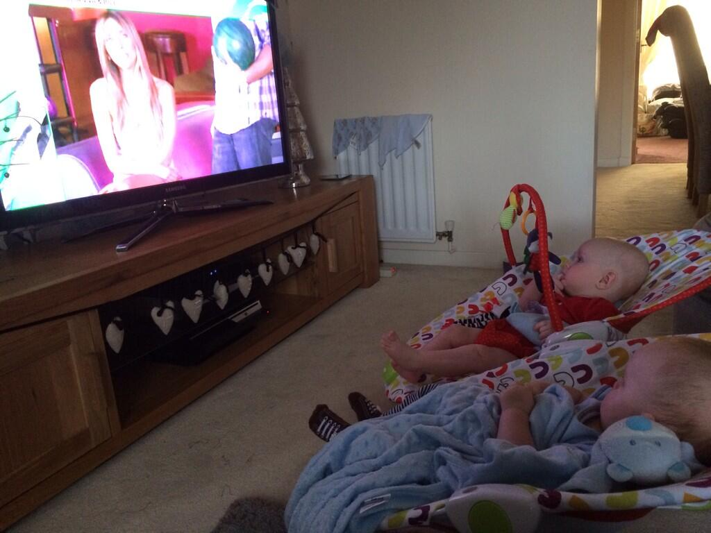 Too cute;) RT @emz1406: The twins & I watching Giuliana & Bill! @GiulianaRancic http://t.co/52Q5LyiBbh