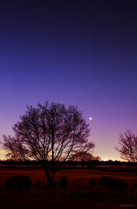 今日の宵空。金星を宇宙ステーションが貫いて空高く昇っていきました。写真の一番明るい星が金星、縦の線が宇宙ステーションの軌跡です。