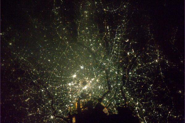 星降る夜空を見上げるか、宝石箱のような大都市を見下ろすか。#若田さん が乗る #ISS、東京上空を悠々と通過。