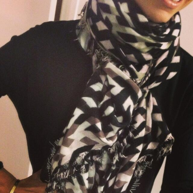 Watch #GandB tonight on E! 8/7c. RETWEET to enter to win this fab @theodoracallum scarf! http://t.co/MyfIrSDz4z