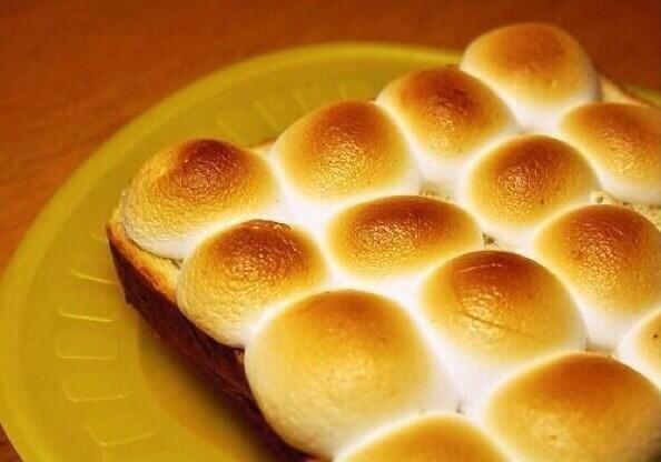 【絶品★マシュマロトースト】  ①食パンにマシュマロを並べる ②マシュマロがこんがり焼けるまでトーストするだけ!  とろ~りとクリームの ようになった甘いマシュマロと サクサクのパンが相性抜群!  ジャムを塗っても美味しい!