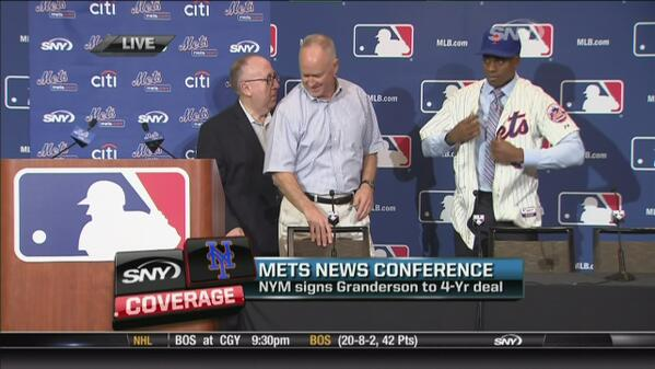 Curtis Granderson putting on his Mets un...