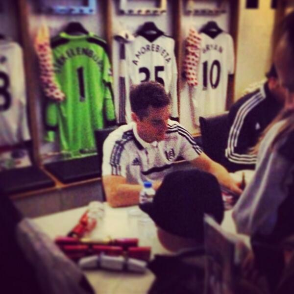 Scott Parker also keeping fans busy by signing autographs.  #ffc http://t.co/7uF3Pfqgg4