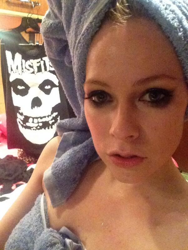 Avril Lavigne On Twitter After Show Shower On The Bus I Dont