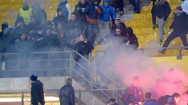 Zenit ultras threw flares on Austria Vienna fans, fought riot police & caused stadium damage [Videos & Pictures]