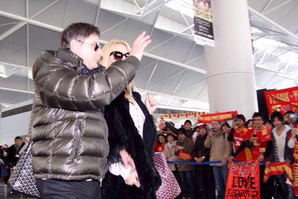 多くのサポーターの皆さんに見送られ、ストイコビッチ監督が日本を飛び立ちました。 #grampus #ヒロコウジ http://t.co/DUepAtcRNV