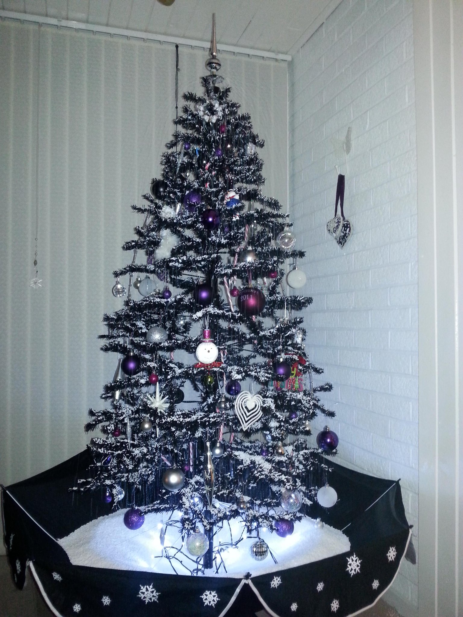 RT @sashaslater77: @KirstieMAllsopp Our black, snowing tree. Merry Christmas xx http://t.co/xhc3Y7GI3C
