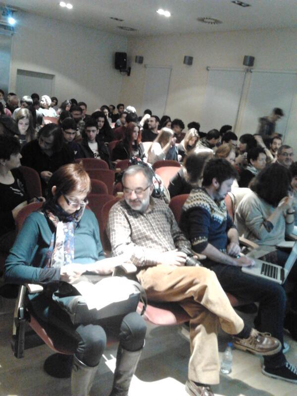 """@latamuda: El público sigue llegando #kedarteRedes2013 #DA2 #salamanca http://t.co/BfAyxR0vOG"""