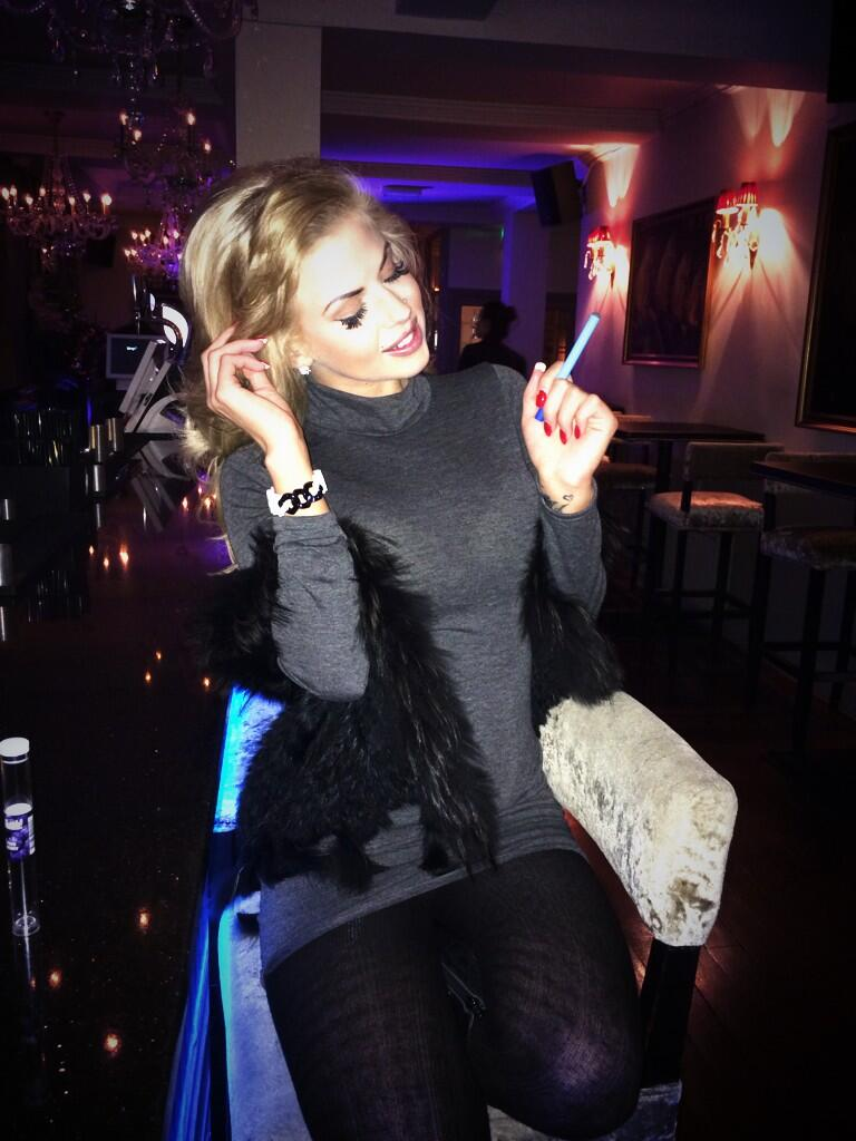 The Gorgeous @misshannahelizx smoking her Blueberry @Shishaah @SugarHutHoneys @SugarHutCafe http://t.co/vQpbzZlthv