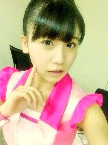 白とピンクの衣装の小嶋真子