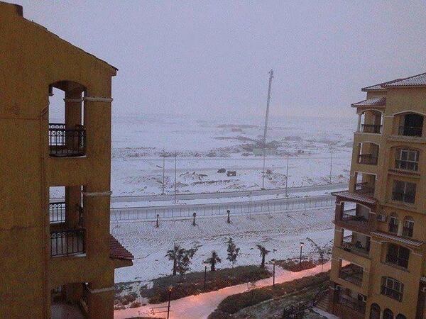الثلج يغطى القاهره الجديدة http://t.co/p3AKqlUXWf