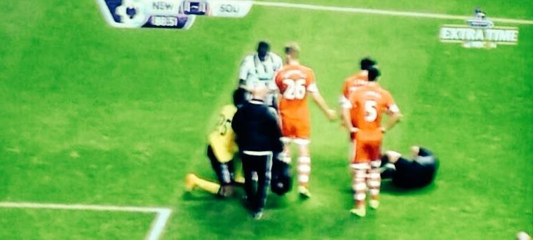 Ref Mike Jones takes a shocking dive after brutal flick from Moussa Sissoko (Newcastle Southampton) [Gif]