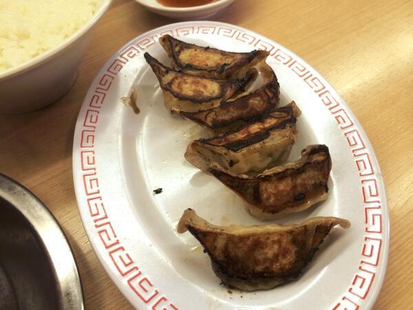 最近できた沖縄の天下一品で、店員に笑顔で出された餃子。厨房の人も、運んできた人も、何の疑問も感じないのだろうか? 元来の天下一品ファンとして非常に憤りを感じる。 http://t.co/HptbmCJ5dM