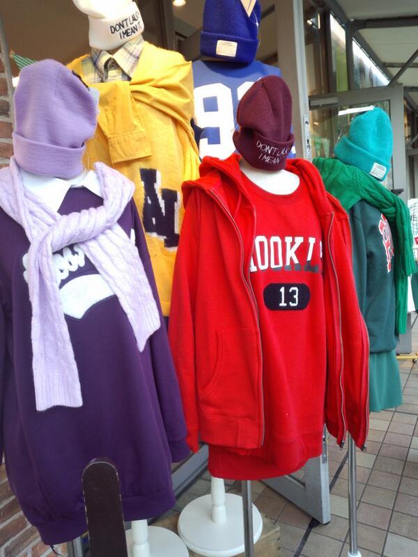 東京ドームのWEGOの店頭マネキンが嵐カラーになることはよくありますが、よく見てください。赤のマネキン。 _人 人 人人 人人 人_ > ダブルパーカー
