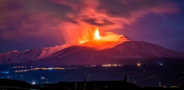 """@Ladymistakes1: Spettacolo della natura...  #Etna http://t.co/7WGdvuPNFg"" Etna tonight"