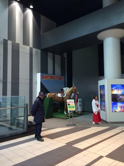 巫女さん!? RT kazuho: ヒカリエB3Fで馬にまたがって記念撮影できるしYappoは行くべき http://t.co/Q6kroUTfJe