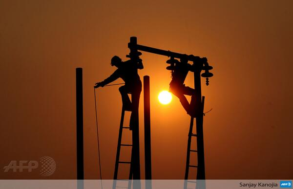 Stephanie Beauge On Twitter Indian Electricians Adjust Electric Cables In Allahabad India By Sanjay Kanojia AFP Color Sunset Work