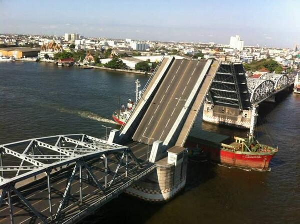 สะพานกรุงเทพฯ เปิดให้เรือลอด !! เมื่อเช้าที่ผ่านมา เปิดให้เรือผ่าน 2 ลำ ถือว่าเป็นภาพหาดูได้ยาก นานๆทีจะเปิด #bkknews http://t.co/aTNkjck0W3