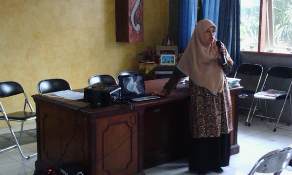 Ibu Runingsih isi pelatihan Bank Sampah di Babakan Ciamis