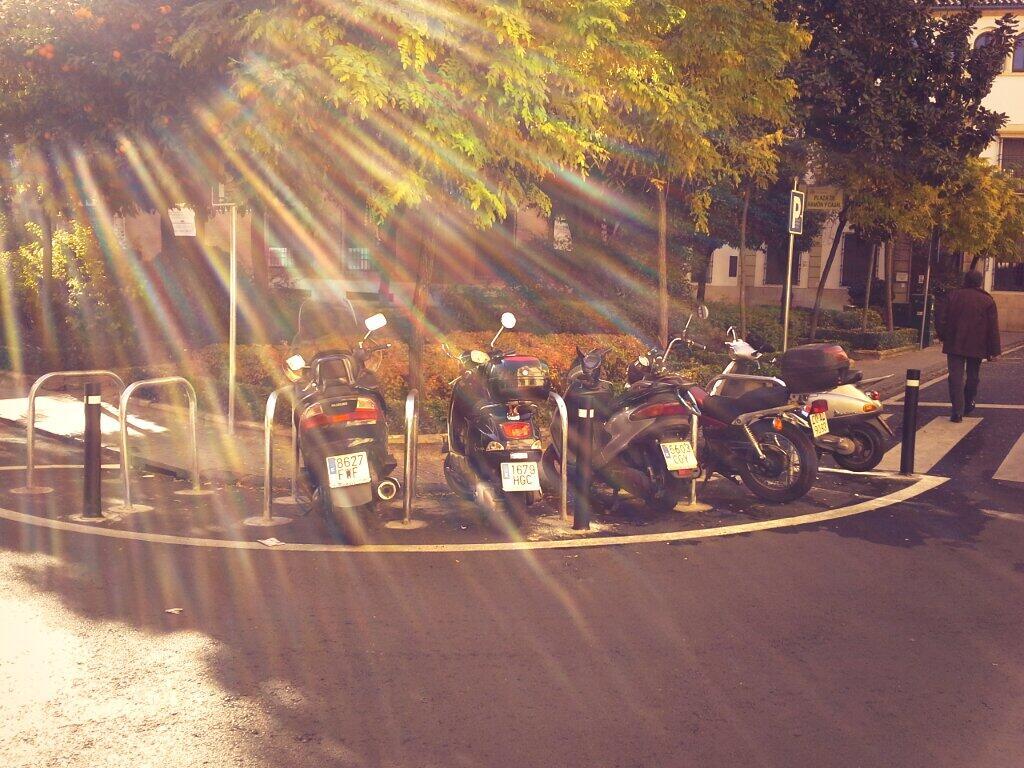 Aparcamiento para bicicletas ocupado por motos
