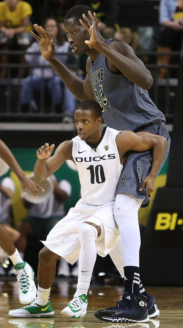 5-foot-8 vs. 7-foot-6. Great pic from last night's UC Irvine-Oregon game. http://t.co/DCIQxE3y5G
