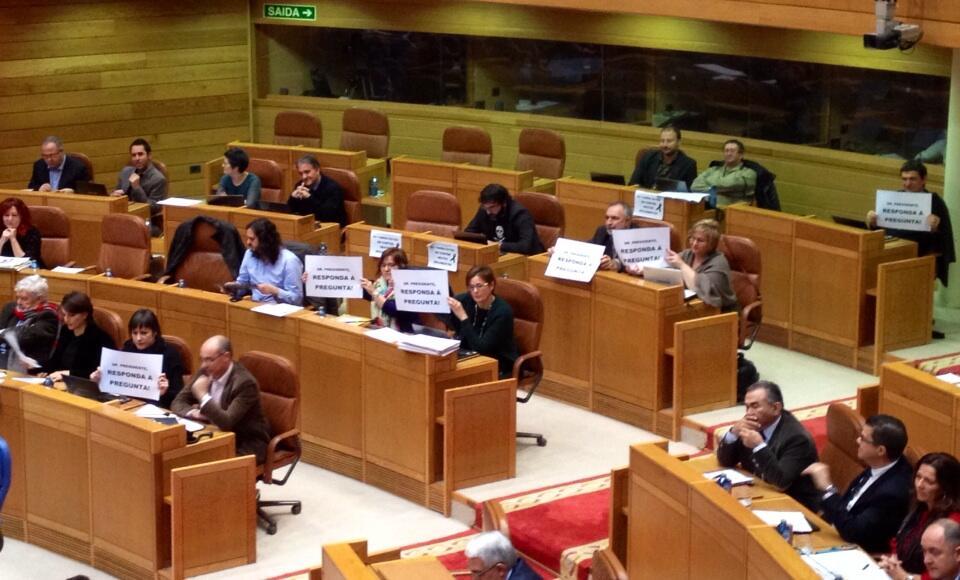 Twitter / domingosampedro: Deputados do #BNG sacan carteis ...