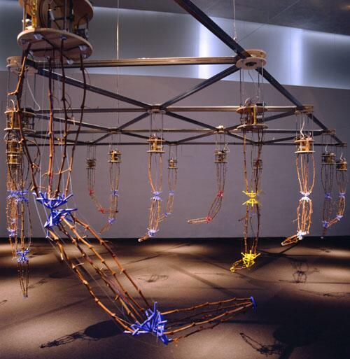 オートポイエーシス。アメリカ合衆国のKen Rinaldoなるアーティストによって発表されたロボットアート。生命の理論を、生命という対象領域を越えて応用する、オートポイエーシスなるシステム論をベースにして制作された。