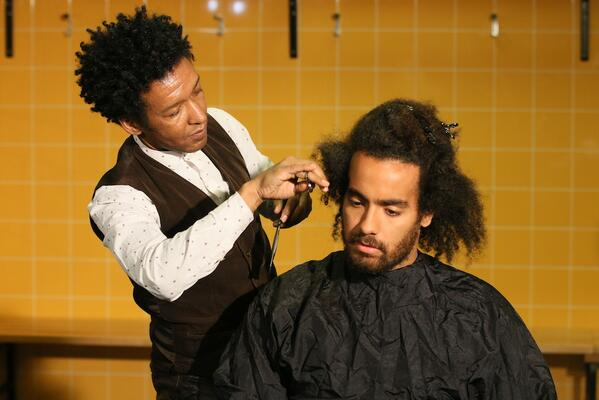 Tom Huddlestones long wait for a haircut was done in front of a big crowd of press [Pictures]