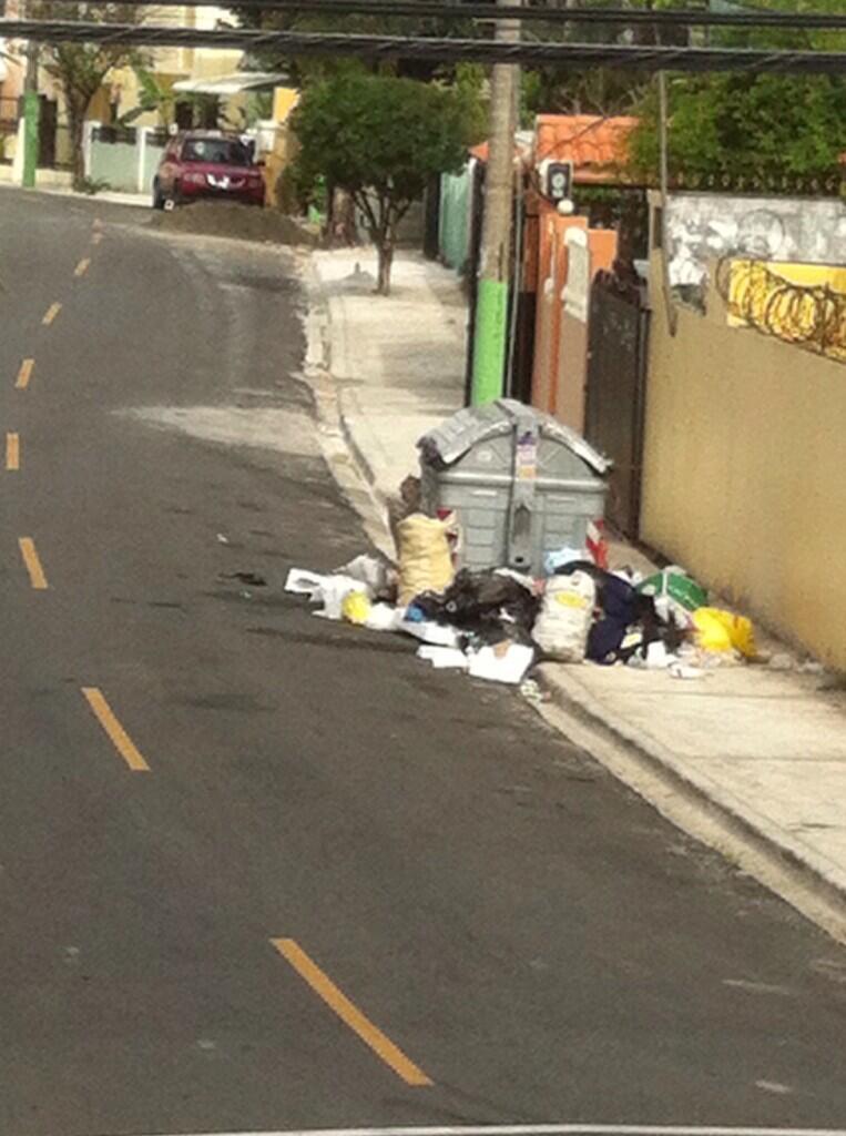 @juandelossanto @alcaldiaasde C/Príncipe Negro esq. C/Rosa Fragante, El Rosal... Recojan la basura!!! http://t.co/pbFhFFQ6Wk