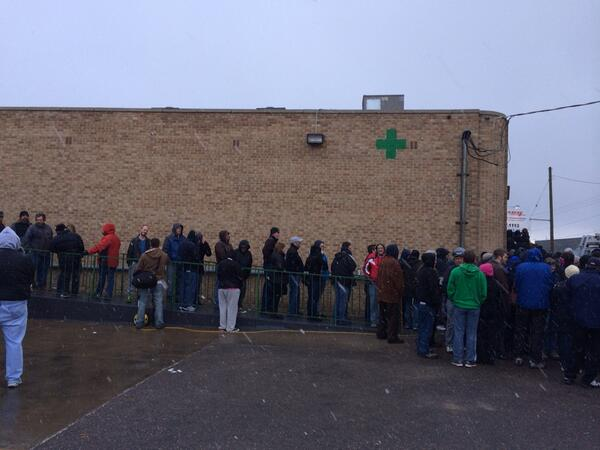It's snowing. It's cold. And these people are all lined up to buy #marijuana in Colorado. http://t.co/LzklAkNVii