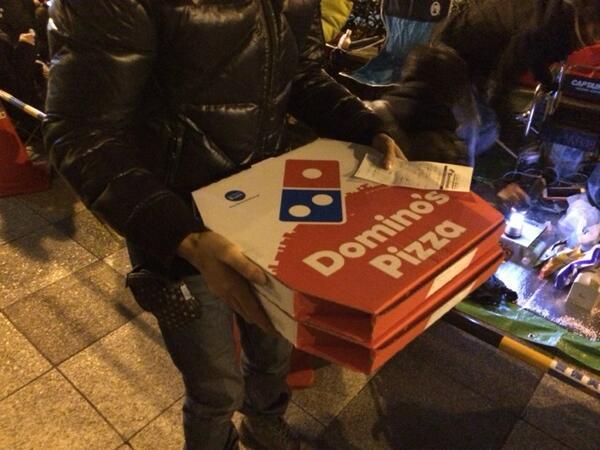 【AppleStore心斎橋】24:30  共同出資でドミノピザを発注…深夜のピザうま過ぎる  #LuckyBag http://t.co/79iOjmZcyA
