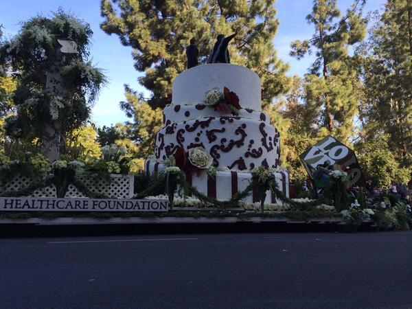 AIDS Healthcare Foundation float features same sex couple that just got married on the route! #RoseParade http://t.co/y5LVKqZiQv