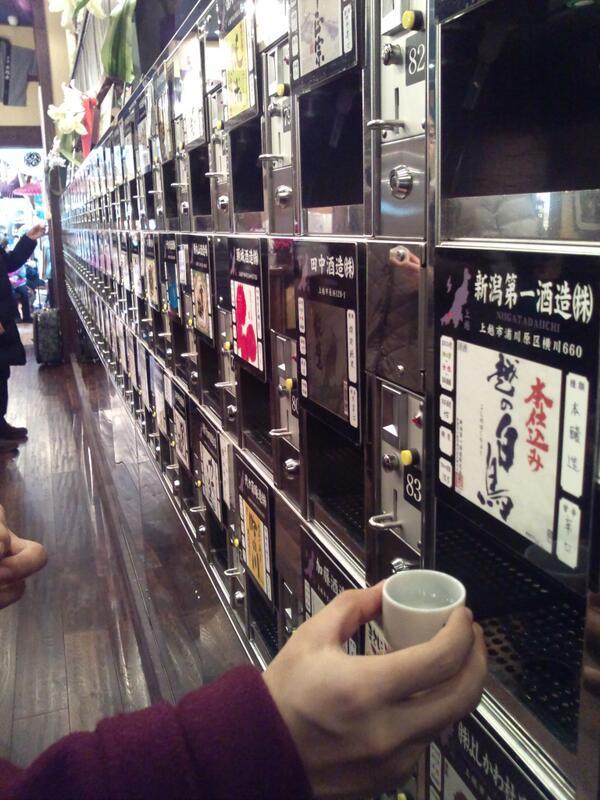 新潟駅に利き酒の施設が出来ていた!500えんで五杯飲めます。今のところ新潟で一番オススメのスポットです!日本酒好きの方は是非(^_^)/□☆□\(^_^) pic.twitter.com/8F8upy5zx0