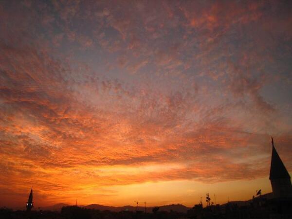 夕日はどこでも綺麗☆ RT @gotoindianepal 【旅の情景】シリアのダマスカスの夕日。宿の屋上から綺麗な夕日にみとれました。    http://t.co/JDJ4N3IDyi    http://t.co/CgoUrb6D53