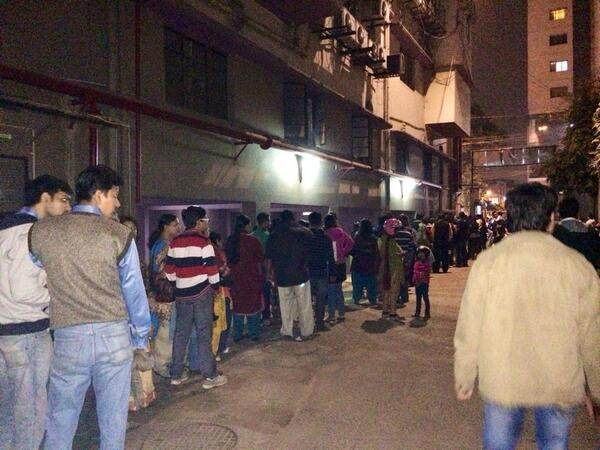 Jampacked road in front of Navina 4 #ChanderPahar !So Proud of @idevadhikari @iammony @VenkateshFilms #BengaliFilms http://t.co/nE3QU00DL7