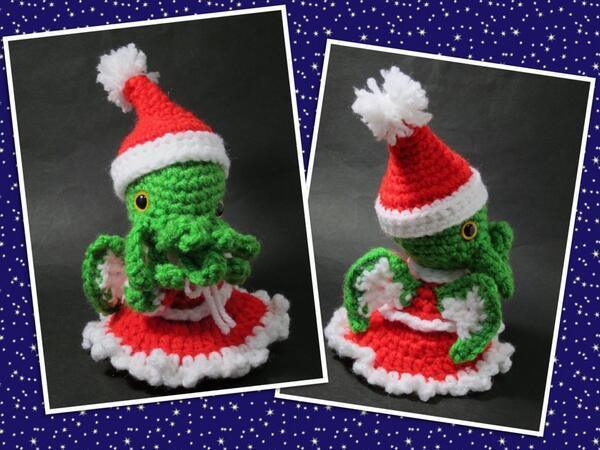 クトゥルー神話あみぐるみシリーズ、サンタ娘クトゥルー様。ちょっと早いけど、よいこのみんなにメリークリスマスだよ! あたちは今日の横浜シャルムシュールのクリスマスパーティーで、素敵なおうちにもらわれて行っちゃったけどね! http://t.co/0bmEs9xECG