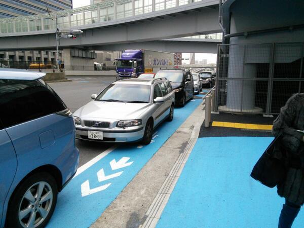 東京で自転車専用レーンを設置→車「邪魔だボケ」 専用レーン上を走行w 猪瀬ー!ポールポール!