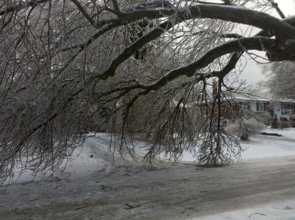 40 hours without power in TO. Thinking of displaced Syrians going thru this for months. #icestorm2013 #starweather http://t.co/0nbzQGZMX3