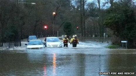 30 people rescued after being trapped in cars by floods in Dorset, say fire crews http://t.co/CLIXZDsGV5 #UKstorm http://t.co/QDBI1EwNoW