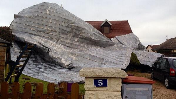 """""""@F3Bourgogne : le toit d'un collège s'envole et atterrit sur une maison #Dirk  http://t.co/ildv8flQsf http://t.co/kLaxU6NF41"""" #TempêteDirk"""