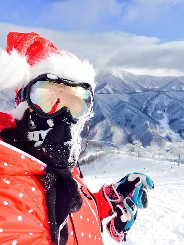 メリークリスマス@苗場。 今日の苗場は上部ぱうぱう非圧雪で新雪20cm晴れ。そしてサンタとトナカイはリフト半額!気持ちいいー! http://t.co/A7x3xEZ43B