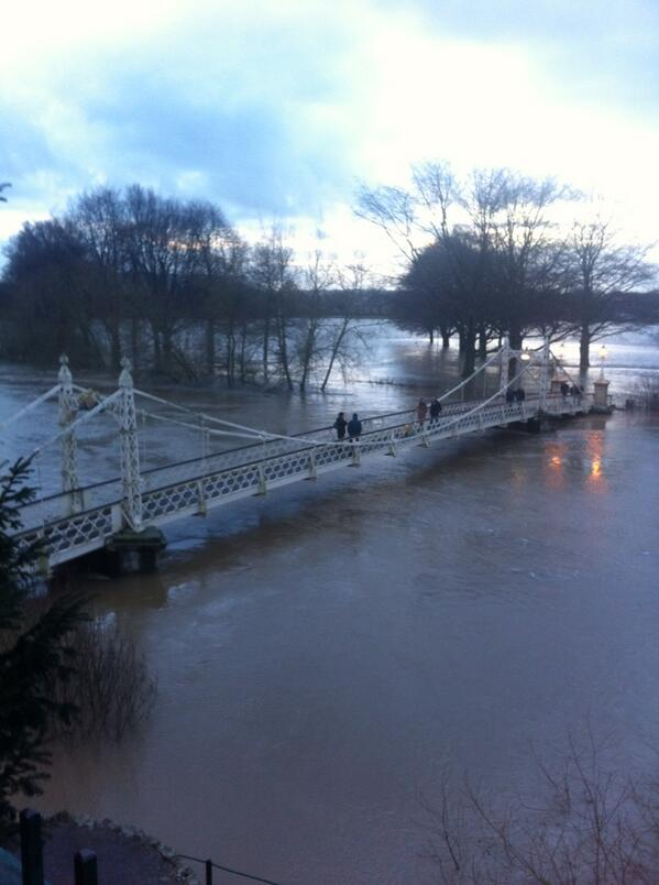River Wye #Hereford in full flow http://t.co/ygPCakqLxM