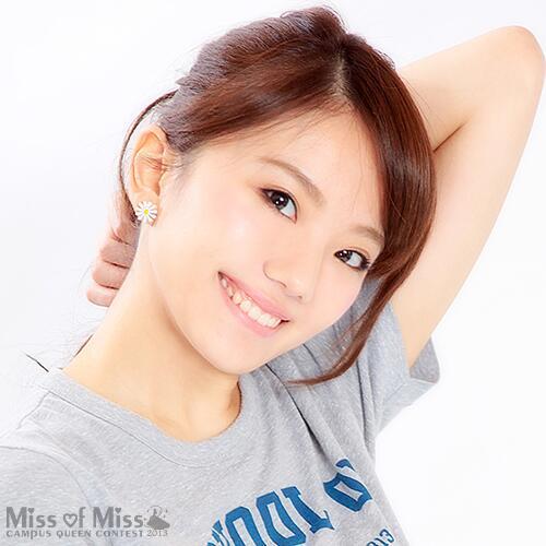 Tシャツ姿で髪をかき上げてにっこり笑顔の伊東紗治子
