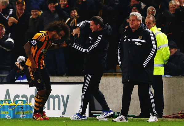 Hilarious celebration! Tom Huddlestone FINALLY gets his haircut (on the pitch) after scoring v Fulham [Vine]