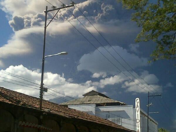 Erupción del Volcán Chaparrastique de San Miguel se produjo a las 10:30 am. Protección Civil ha evacuado comunidades http://t.co/t1VV5BfkKX
