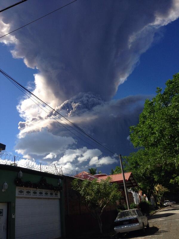 """Usuario @danestojoachin comparte imagen de erupción del Volcán El Chaparrastique, en San Miguel, El Salvador. http://t.co/RltteeaGO1"""" cc"""