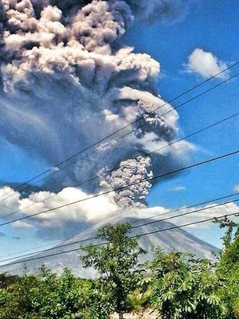 """El volcán chaparrastique de San Miguel en mi país El Salvador esta haciendo erupción http://t.co/gc6to9LJw0"""""""""""