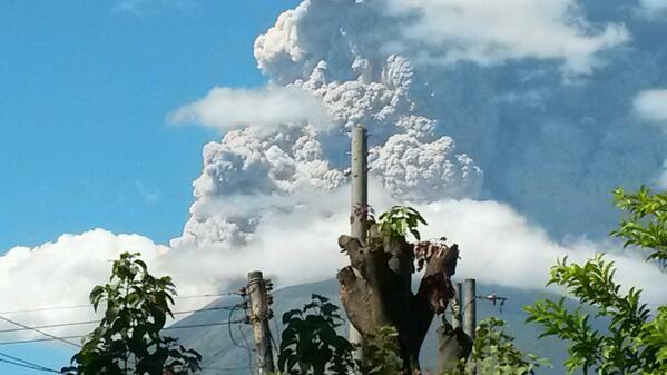 """@SkyAlertMx: @teledos_tcs: En #erupción volcan #Chaparrastique de San Miguel. Foto @Dannygranados1 http://t.co/ZIp65hlbRb""/ @eruptionsblog"