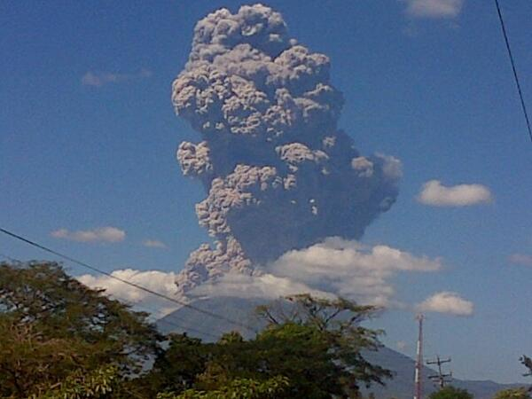 Volcán Chaparrastique en San Miguel arroja humo, según lugareños se escucho una explosión. #EnProceso http://t.co/jhSTOuSFF4