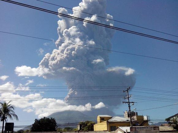 Foto vía @503subzerodj: Atención, fuerte actividad en volcán Chaparrastique de San Miguel. http://t.co/zaB2gzxY6c